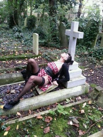 follada en el cementerio