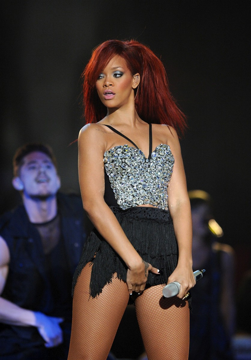 Rihanna-Sexy-Crotch-Grabbing-Performance-At-2011-NBA-All-Star-Game-05
